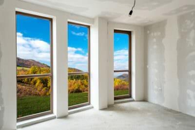 צביעת קירות הבית לצד החלונות