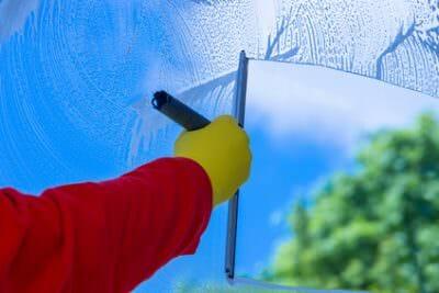 הברקת חלון עם מגב באזור השרון