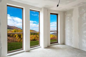 טיפים וכלים לצביעת קירות שישאירו את החלונות שלכם נקיים